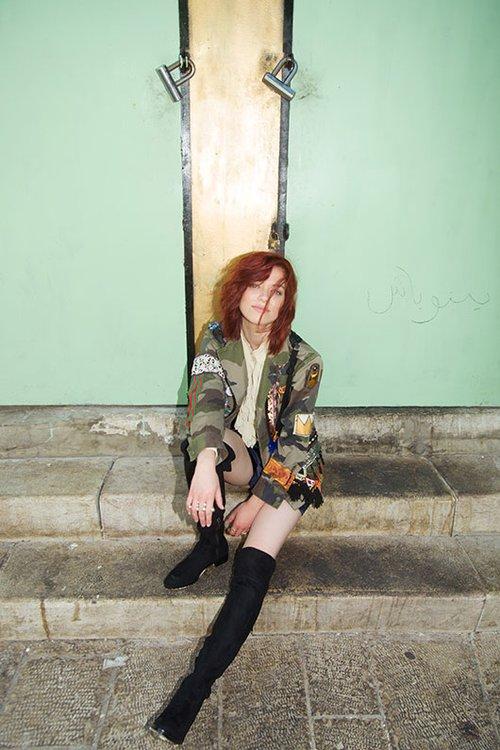 לאה לב | ז'קט A.K.A rock | חולצה זאדיג אנד וולטר מכנסיים זארה | טבעות רובי סטאר | מגפיים ברשקה | צילום: גיא נחום לוי