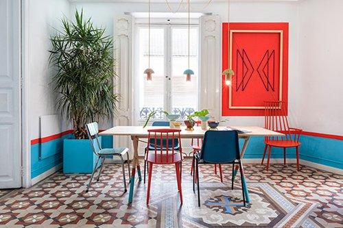 בחדר האוכל נותרה הרצפה המצוירת המקורית. כדי שהרהיטים והעיצוב העכשווי־אקלקטי לא יתנגשו, שילבו המעצבים גוונים דומים ונגיעות צבע זהות   צילום: Luis Beltran
