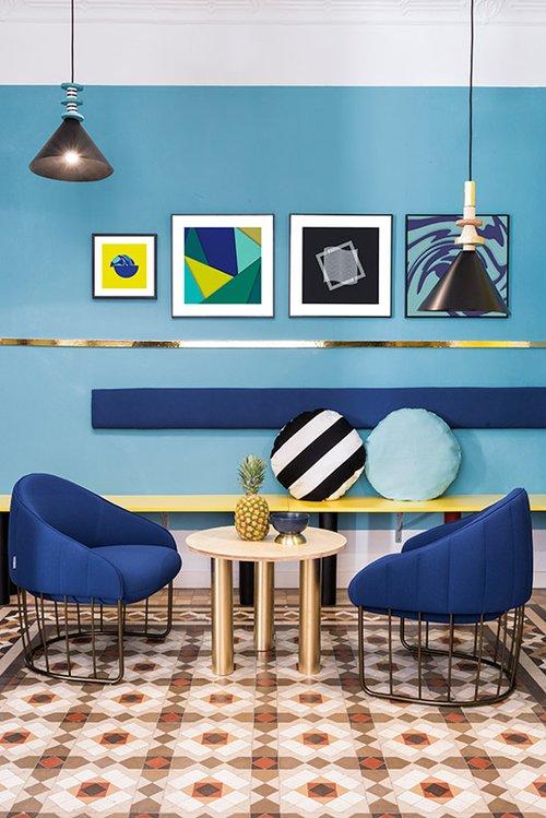בלאונג' שולטים כל הצבעים הכי טרנדיים: כחול, תכלת עם נגיעות זהב, צהוב, לבן ושחור, המשולבים בדפוסים גרפיים מובהקים (פסים, משולשים, מרובעים, עיגולים ועוד)   צילום: Luis Beltran