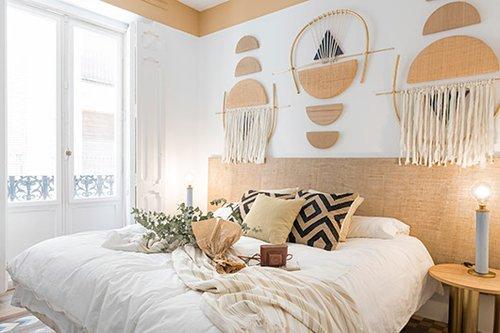 חדר הנאמן לטרנד האתני: בדים בצבעים טבעיים כמו לבן, שמנת, חול, פשתן ויוטה. כדי להגביר את תחושת החמימות נצבע פס בצבע יוטה הזהה לצבע של גב המיטה בחלק העליון של הקיר, הנושק לתקרה   צילום: Luis Beltran