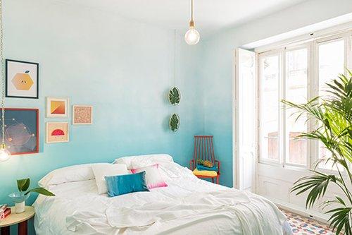 שימוש מוצלח באחד הטרנדים הכי עכשוויים: הגרדיאנט – צבע מדורג. הקיר הדומיננטי בחדר נצבע בתכול מדורג, ההולך ומתבהר ככל שמתקרבים לתקרה, שנותרה לבנה   צילום: Luis Beltran