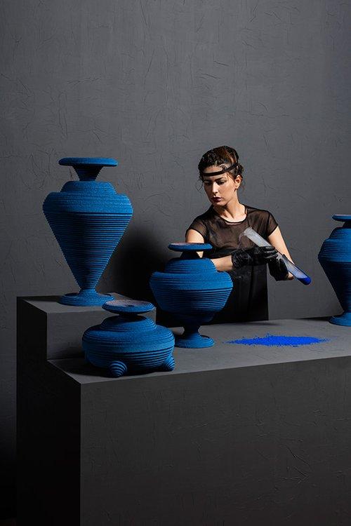 מהדורת Blue Alchemy של האמנית סיבה סהבי מעניקה טוויסט עכשווי לאמנות האבניים העתיקה ממסופוטמיה   צילום: Lisa Klappe