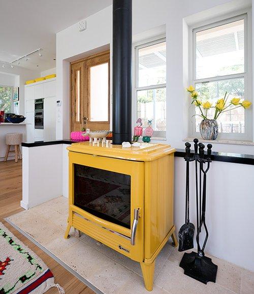קמין צהוב (סופר קמין בכרמיאל) משתלב היטב בעיצוב | צילום: עוזי פורת
