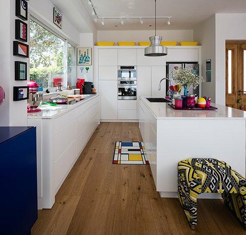 מטבח פתוח ורחב עם נגיעות צבע שנוצרות על ידי אביזרים צבעוניים | צילום: עוזי פורת