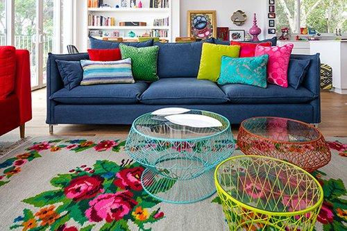 הסלון. ספה כחולה (קורדוברו) ושולחנות הקפה הקלילים | צילום: עוזי פורת