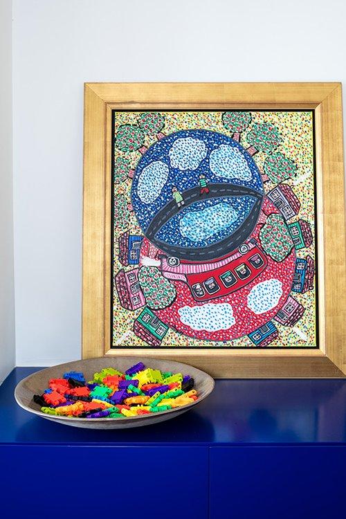 כמו מרבית הפריטים בבית, גם עבודות האמנות נבחרו בשל הצבעוניות שלהן | צילום: עוזי פורת