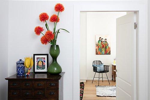 פינה בכניסה לחדר השינה טופלה עם תשומת לב רבה לפרטים, בהם אגרטל ירוק (אלמנטו) | צילום: עוזי פורת