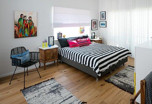 חדר השינה של ההורים. משחקי שחור ולבן וצבעוניות מתונה יחסית | צילום: עוזי פורת
