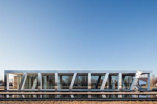 המרכז תוכנן כמבנה מונוליטי, בעל חזות מוצקה ותחכום עכשווי וחזיתו נותנת פירוש חדש לעקרונות קלאסיים  צילום: Adrien Williams