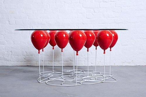 סדרת השולחנות UP Balloon של כריסטופר דאפי מעניקה אשליה ותחושה של ריחוף