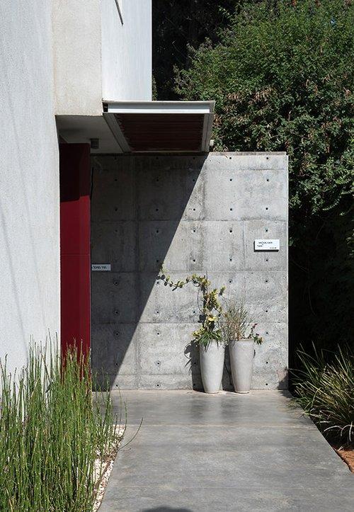 קיר בטון חשוף, שסימני היציקה שנותרו בו מעניקים לו מראה גולמי וגס | צילום: עמית גושר