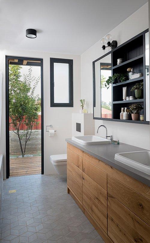 מגורים במכולה יכולים להיות חוויה מפנקת, כפי שמוכיח חדר הרחצה המאובזר בשני כיורים | צילום: גלית דויטש