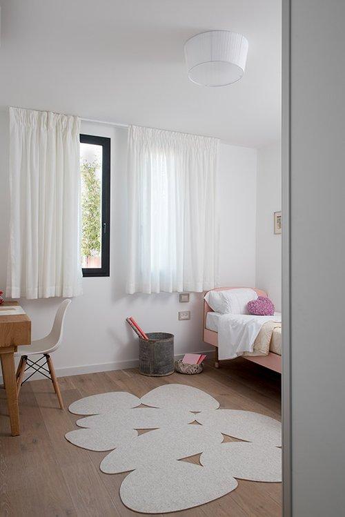 שטיחי לבד בעיצוב תמר ניקס מוסיפים עניין לחדרים השונים | צילום: גלית דויטש