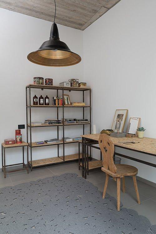 כיסא ישן שופץ עבור חדר העבודה ומאזן את המראה המודרני שיוצרים מדפי OSB בקונסטרוקציית מתכת | צילום: גלית דויטש