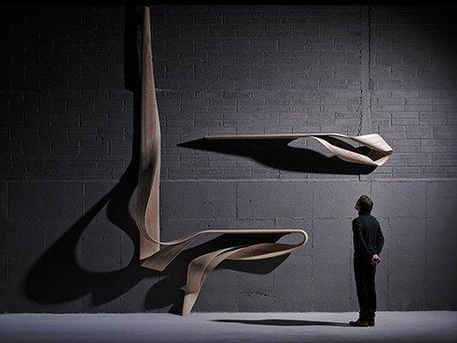 מדף Enigmum של המעצב האירי ג'וזף וולש (2013). שם המדף נוצר מחיבור המילים הלטיניות aenigma (מסתורין) ו-Lignum (עץ). התמונה באדיבותThe Artist and Sarah Myerscough Gallery (יריד Design Miami)