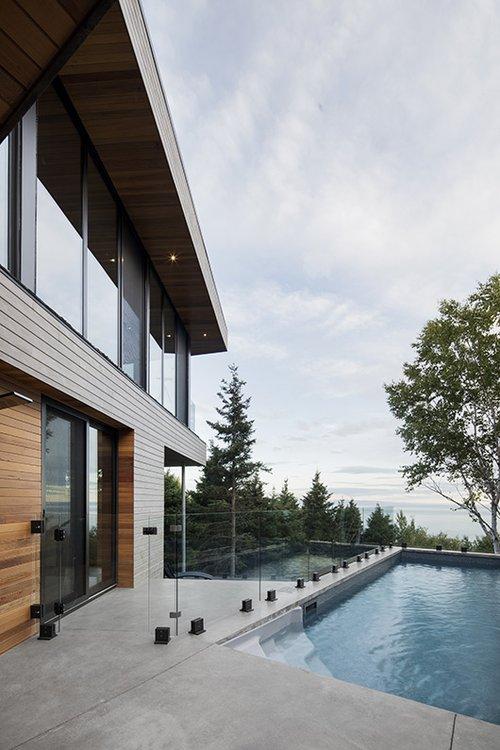 מעקות הזכוכית סביב מרפסות העץ רחבות הידיים אינן גורעות מהנוף הנשקף | צילום: Adrien Williams
