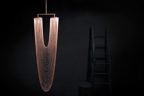 Otéro: מנורת תליון במראה של שרשרת ענקית מוארת, עשויה נחושת | צילום: laros guyon