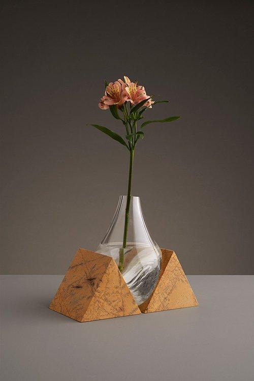 הניגוד בין האבנים המסותתות וצורת הזכוכית מדגיש את הקשר שבין המרחב והאובייקט | צילום: Gustav Almestål