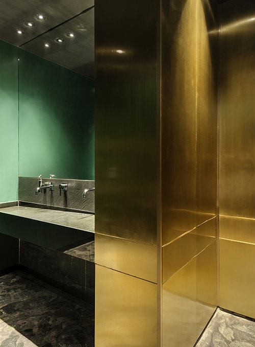 תחושת היוקרה מתעצמת באופן מפתיע בשירותים. דלתות בחיפוי איקליפטוס עם פאנל פליז תואמות למראה הטבעי של הרצפה ושל כיור שוקת גדול משיש | צילום: עודד סמדר