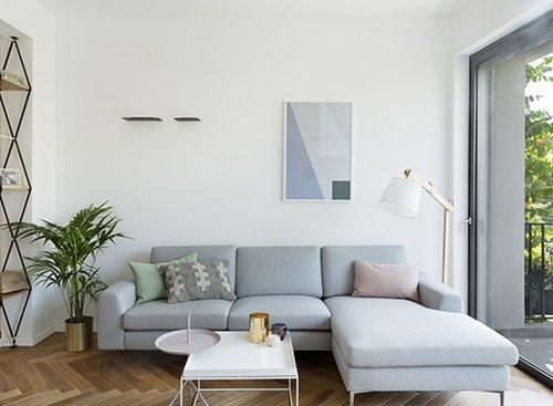 מעל לספה נתלתה עבודת אמנות מקורית פרי שיתוף פעולה של המעצבת וגרפיקאית | צילום: גדעון לוין