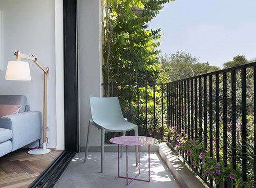 המרפסת הפונה לשדרה. את השולחן תכננה המעצבת והוא נבנה על ידי מסגר | צילום: גדעון לוין
