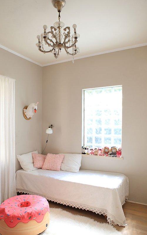 החדר של רונה. צבעוניות וטקסטורות רכות. על הקיר ראש ברבור שעשתה קלי כרמי | צילום: שרון ברקת