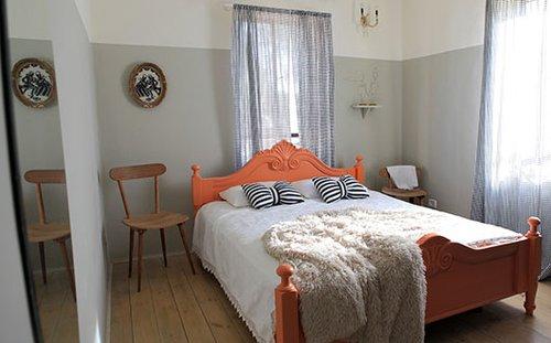 חדר ההורים. המיטה הכבדה קיבלה מראה קליל יותר בזכות הצבע | צילום: שרון ברקת