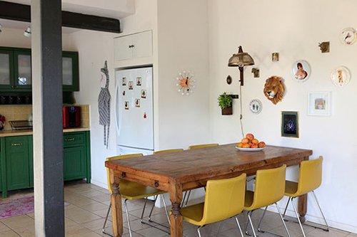 על הקיר בפינת האוכל תלויים פריטים בדו מימד ובתלת מימד שנאספו לאורך השנים והועמדו במיקומים לא שגרתיים על ידי שרון ברקת | צילום: שרון ברקת