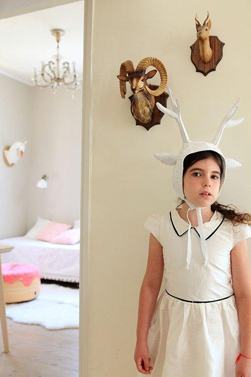 רונה בתחפושת שעשתה קלי כרמי, המאופיינת במינימליזם והתייחסות לפרטים הקטנים, כמו בעיצוב הבית | צילום: שרון ברקת