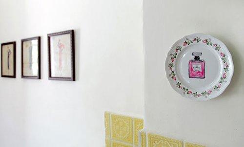 צלחת מעוטרת על קיר המטבח. קריצה לצלחות הקיר הקלאסיות | צילום: שרון ברקת