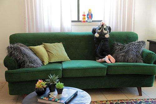 ספה ישנה רופדה מחדש בקטיפה ירוקה (שכטר בדים) | צילום: שרון ברקת