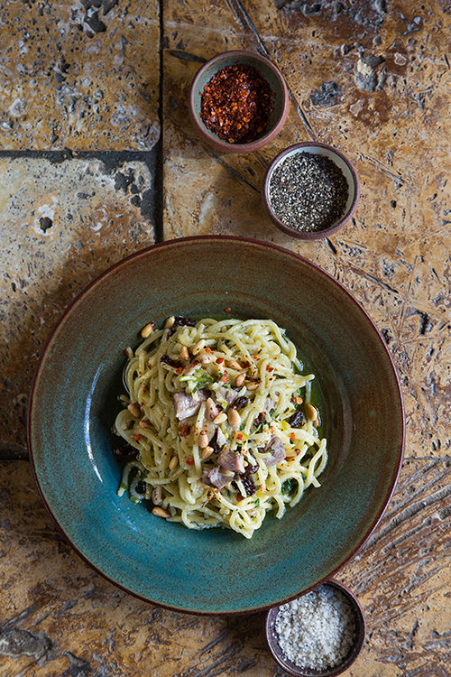 ספגטי סרדינים כבושים, צנוברים וצימוקים | צילום: שרית גופן