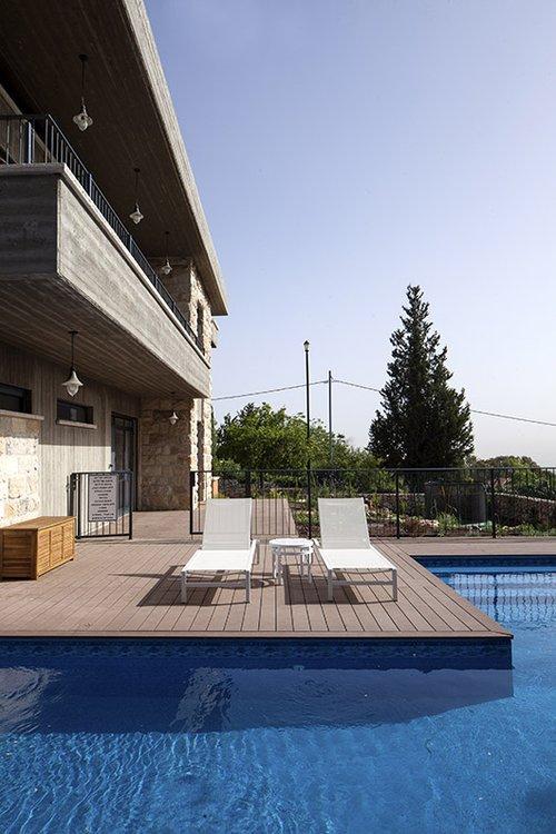 בריכת שחייה מפוארת של 16 מטר שוכנת לצד גינה גלילית | צילום: יעל אנגלהרט