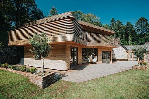 הבית שעיצב טום רפילדנטמע בנוף הסובב אותו ומתמזג עם החורש הטבעי