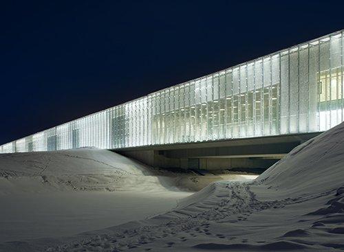 המוזיאון הלאומי של אסטוניה: חזית זכוכית שחושפת את הסביבה | צילום: Takuji Shimmura