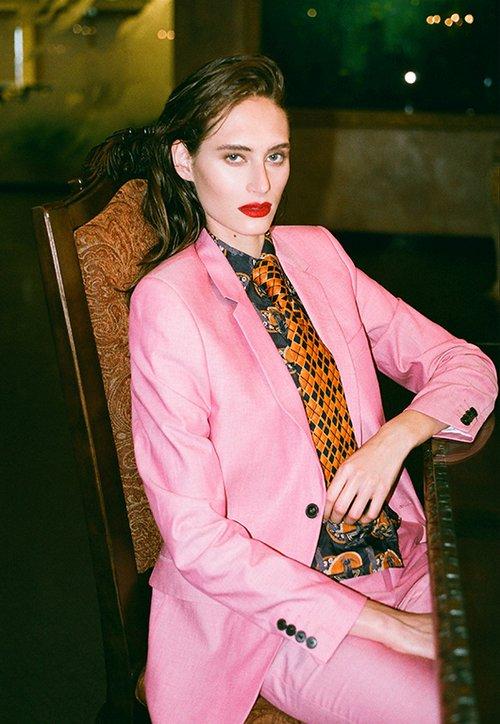 חליפה דיויד ששון 2,800 ש״ח | חולצה איתי גונן 100 ש״ח | עניבה איתי גונן 80 ש״ח | צילום: תום מרשק