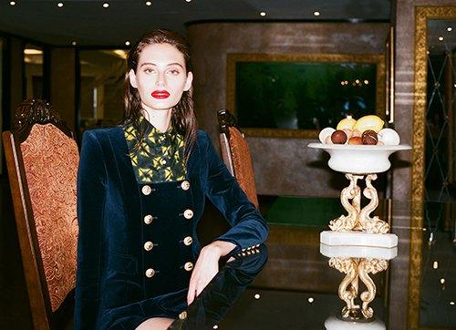 חולצה סטלה ז'ן בהלגה עיצובים 1,595 ש״ח | שמלה בגזרת חליפה בלמיין בהלגה עיצובים 12,350 ש״ח | צילום: תום מרשק