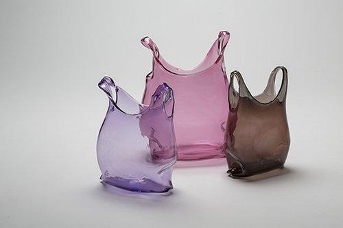S'accrocher à la vie: זכוכית מנופחת בצורת שקית פלסטיק ריקה