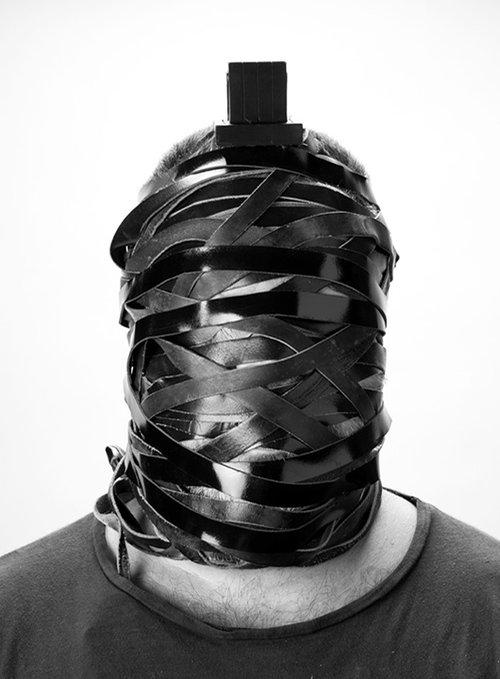 """""""הגולם"""": ראשו של וייס עטוף ברצועות התפילין והופכים לאחד"""