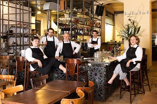 נוח לעבוד כמשפחה. (מימין לשמאל) יונה, עופר, מוריס, דניאל ורוני ששון | צילום: שרית גופן