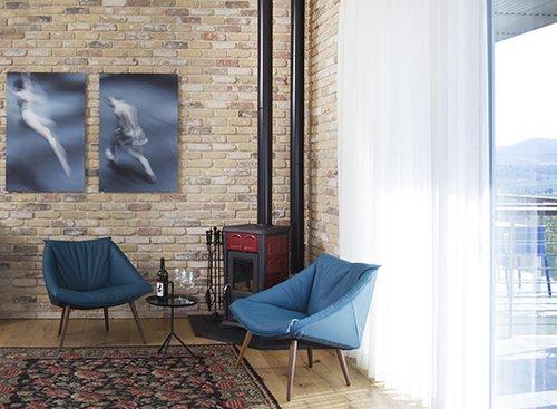 שטיח קילים בסראבי מצמר באריגה שטוחה ובמידה לא שגרתית – דומיננטי אך לא משתלט ומכניס עניין לחלל בעיצוב תעשייתי-מודרני | עיצוב פנים: נורית פרידמן |להשיג במיקלולה | צילום: סוזי כהן לוינסון