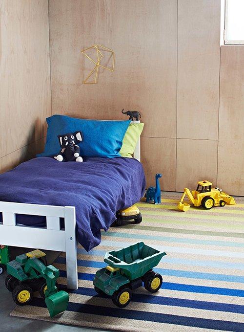 שטיח פסים של המותג Armadilo מתאים בגווניו ובקלילותו לחדרי ילדים | להשיג בסטורי