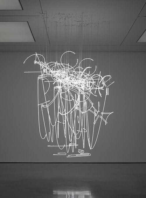 """Neon Forms"" (after Noh)   אמן: Cerith Wyn Evans   שנת 2015, נורות ניאון לבנות. מתוך תערוכת היחיד בגלריה White Cube, לונדון"