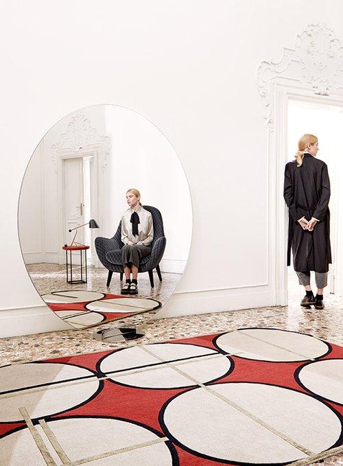 עם השטיח הגיאומטרי בעיצוב פטרישה אורקיולה ופדריקו פפה לא תצטרכו דבר נוסף בחלל. להשיג בטולמנ'ס | צילום: Lorenzo Gironi | סטיילינג: Motel409 and Studiomilo