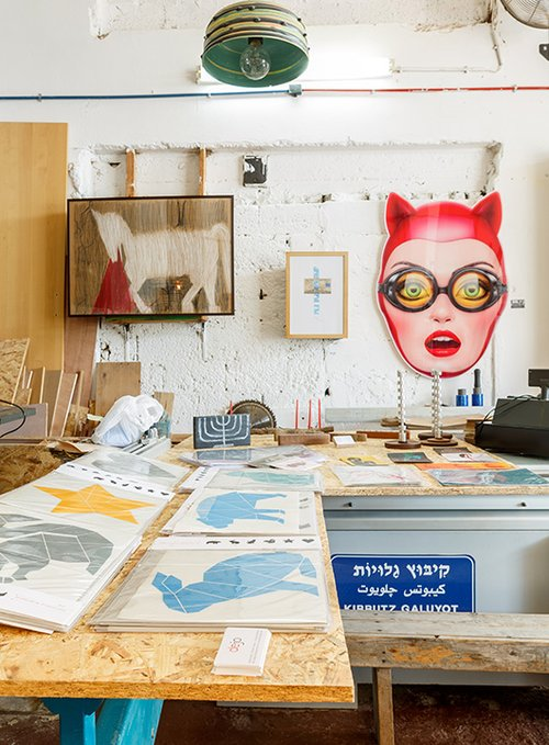 קובץ אמנים מובחרים   קיבוץ גלויות   צילום: אורית ארנון