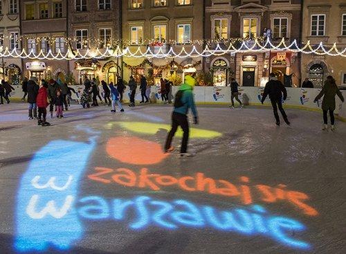 מחליקים על הקרח בכיכר בהעיר   צילום: המכון הפולני בתל אביב Warsaw Tourist Office