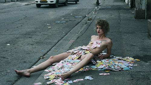 האמנית סשה קורבטוב מכוסה בכרטיסי ביקור של זנות | צילום: וננה בוריאן