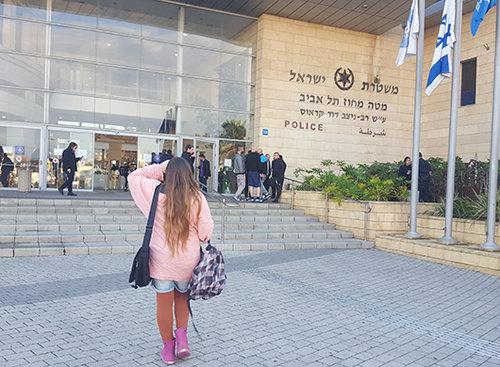 א׳ מגישה את התלונה במשטרה | צילום: לימור נחמיאס