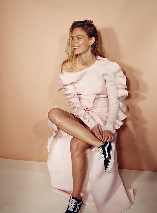 שמלה אלון ליבנה, נעליים ואנס, עגילים גלית שלוש, שרשרת לבנת קופיט | צילום: אייל נבו | ניהול קריאייטיב: טל קליינבורט | סטיילינג: סיימון אלמלם