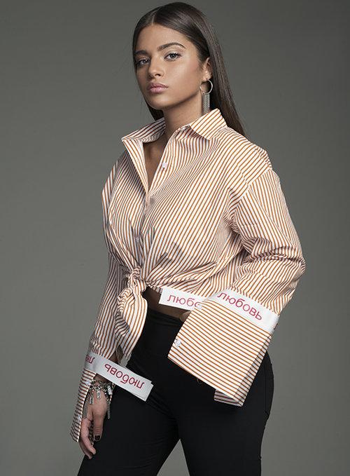 נועה: מכנסיים טלי קאשי, גילים C'CLAIR', חולצה Moi collection | צילום: עידו לביא | סטיילינג: רנה גליקסמן ולימקה | איפור: ערן פאל | שיער: אריאל דרימר
